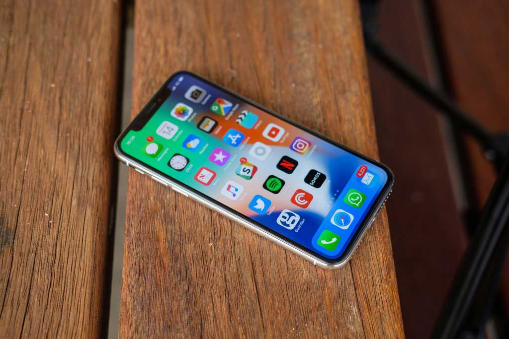 Фото: iPhone X - вид спереди